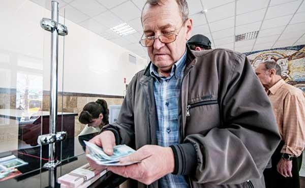 Медведев поручил вернуть индексацию пенсий работающих пенсионеров